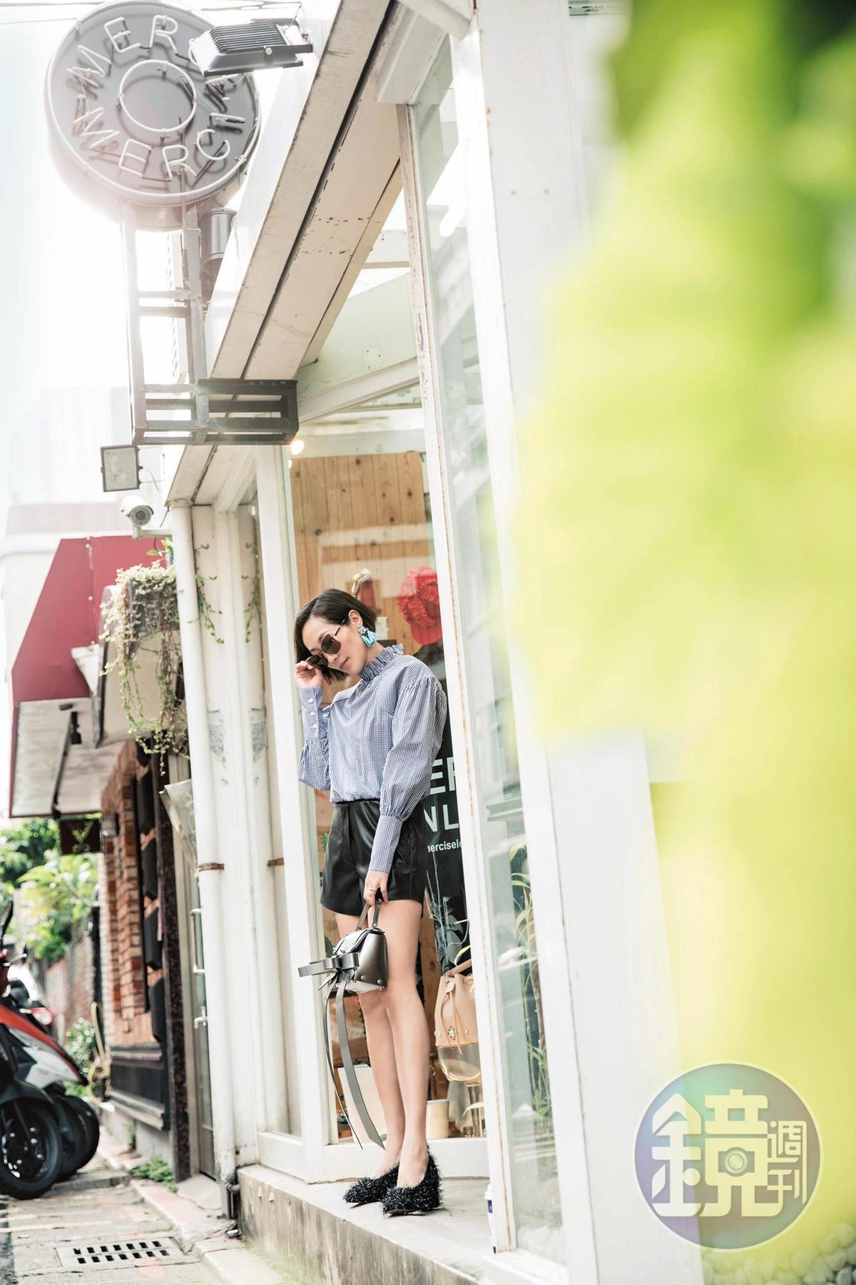 Shushu/Tong條紋襯衫。NT$17,580/Nanushka黑色皮短褲。NT$11,780/韓國設計師品牌Suecomma Bonnie毛毛跟鞋。NT$10,480