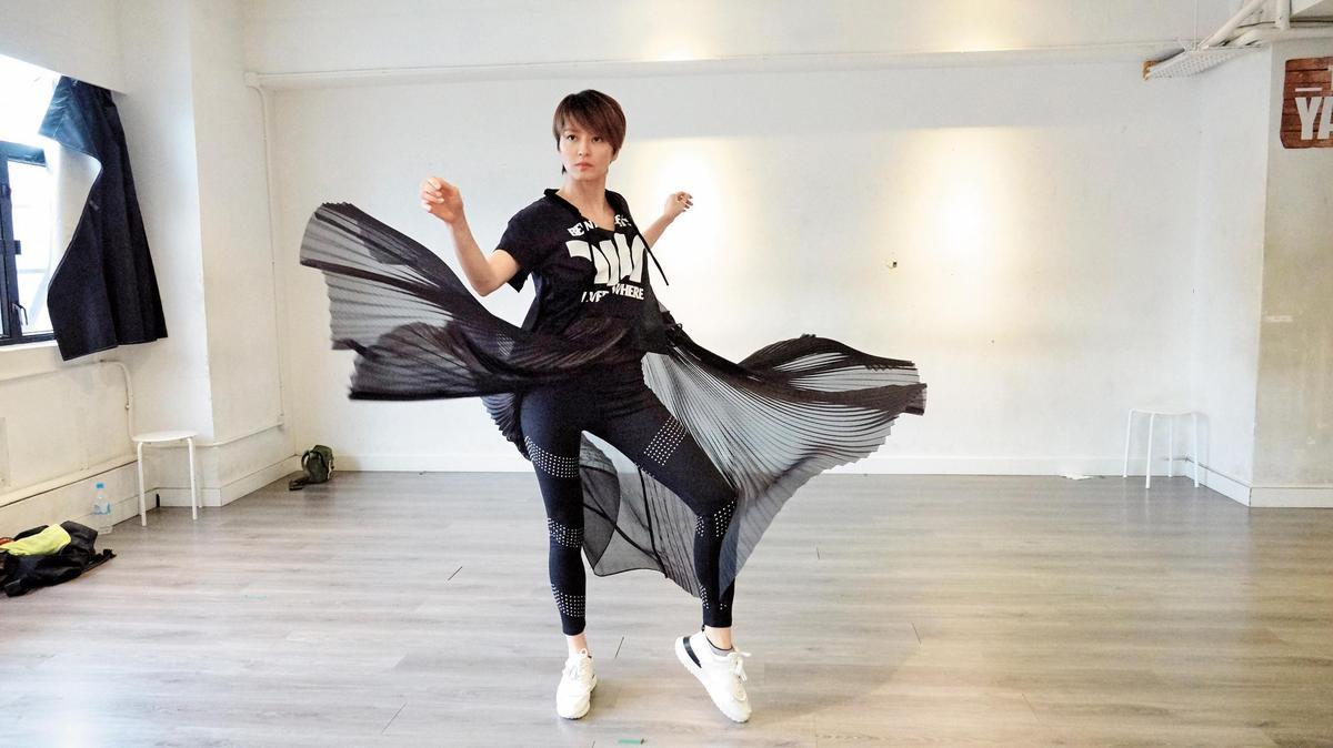 為了演唱會彩排的梁詠琪,短版文字T-Shirt與鉚釘設計leggings方便她練舞,但是搭配長及腳踝的紗裙洋裝就多了時髦氣味,也將運動風與時尚感結合,很chic啊!(東方IC)