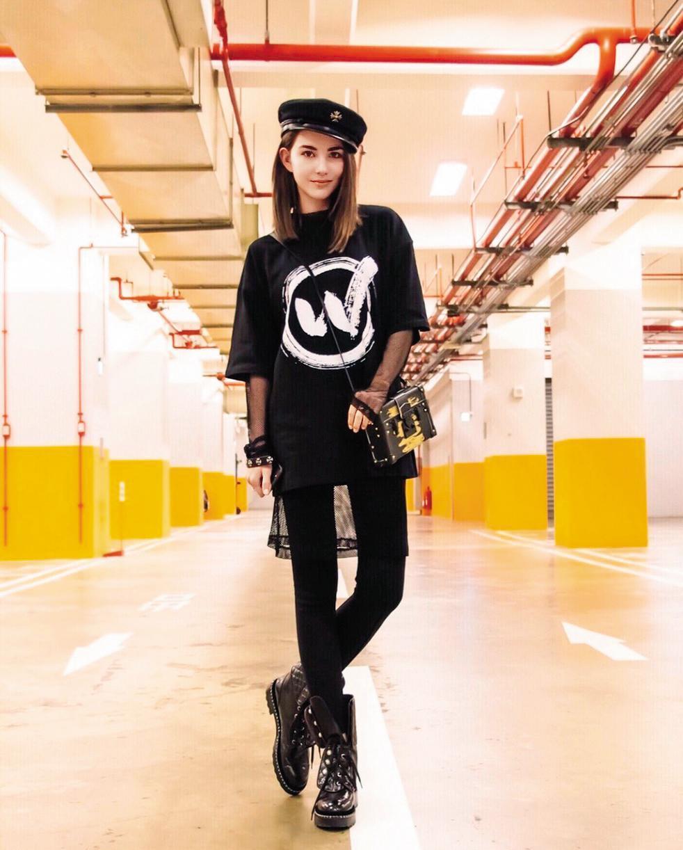 年輕辣媽昆凌穿著很有自己的態度,一身黑色打扮,以材質與層次做出區隔:中長版T-Shirt、紗裙、貼身長褲與軍靴,讓紗裙成為點綴的配角,卻中和了陽剛氣味,只留下率性與帥氣。