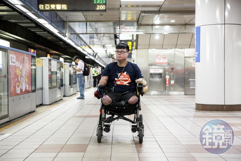 黃博煒目前給自己的要求是,能自己做的,絕不仰賴他人。外拍當日,看護除非必要,也不會幫他推動輪椅一步。