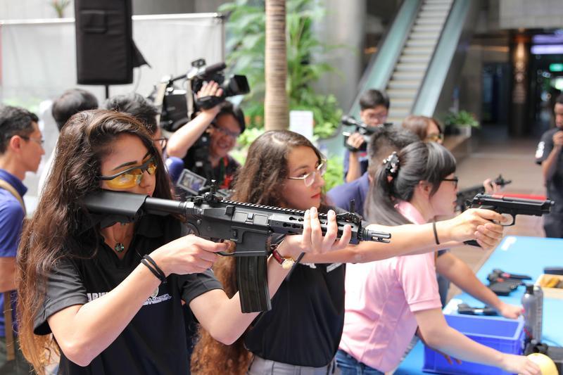 以色列派出現役國防女兵(左1、2)成為記者會嬌點。(讀者提供)