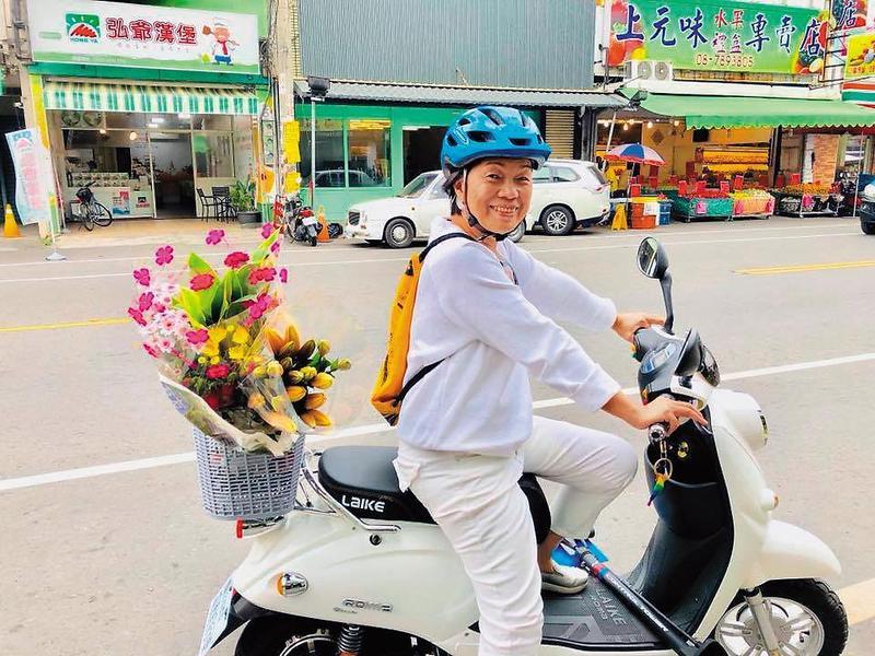 移居潮州,龍應台平日以機車代步,四處趴趴走,悠然自得。(翻攝自龍應台臉書)