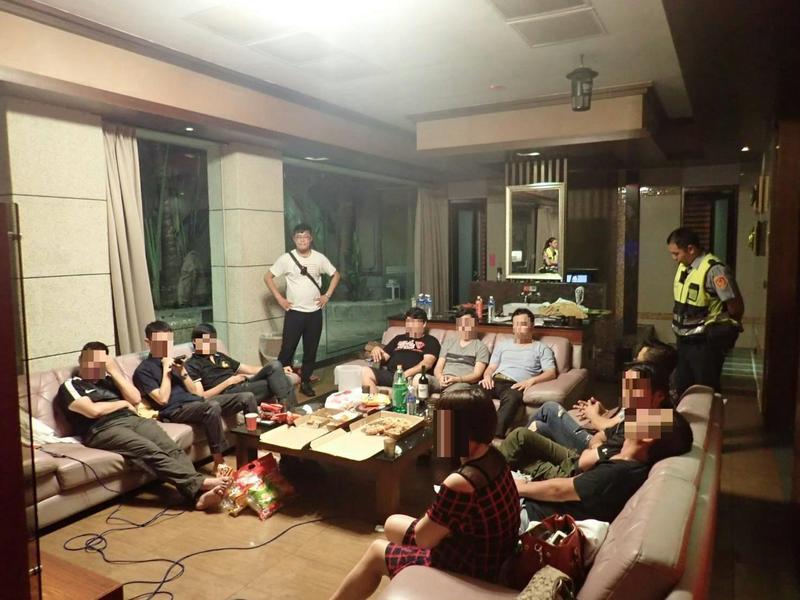 土城警方查獲性愛派對,現場共有11人參加。(翻攝畫面)