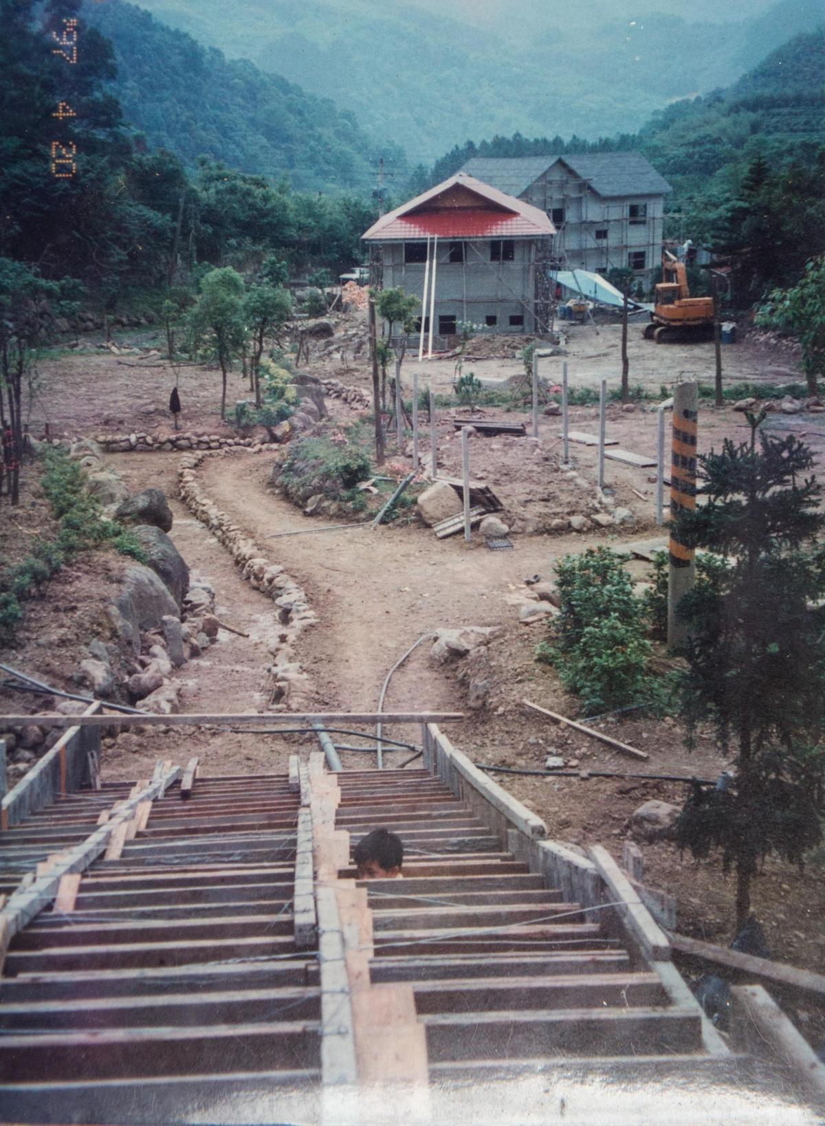 將廢棄梯田改造成退休養老的安樂窩,夫妻倆全程參與整地造園工程。(陳智夫提供)