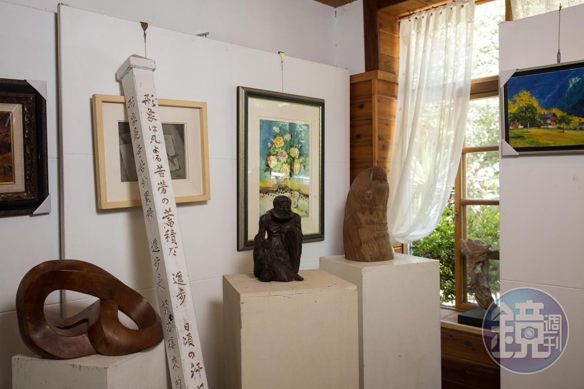 一路走來篳路藍縷,陳志夫自刻木雕標語勉勵自己與遊客。