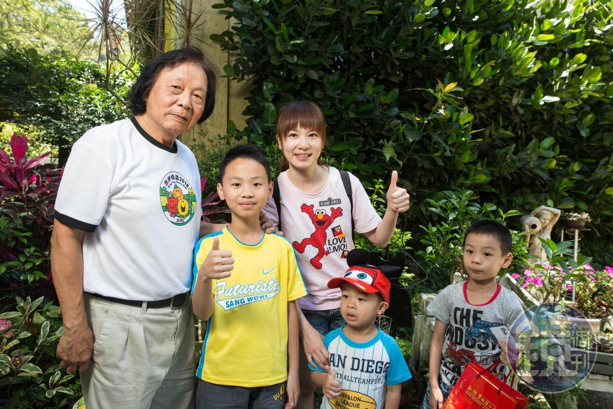 陳智夫(左1)親切好客,遊客退房後,小朋友不捨地向「陳爺爺」說再見。