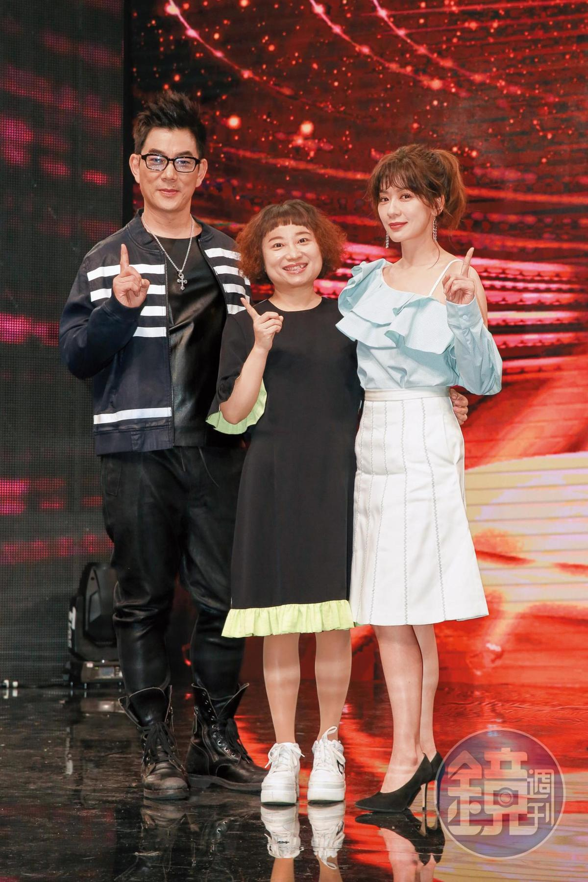 《我要當女一》是為大陸作家饒雪漫(中)的小說《唱情歌》徵選網劇女主角,她為節目特地來台,與任賢齊(左起)、賈靜雯當評審。