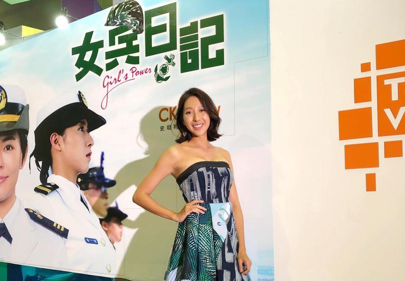 楊晴拍戲扮女兵,曬出一身健康小麥膚色。(TVBS提供)