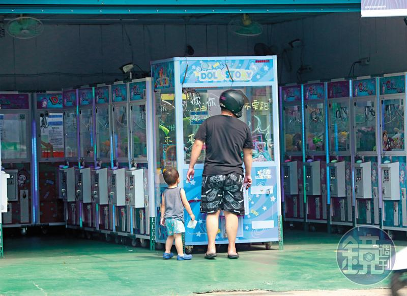 四處林立的抓娃娃機店,父親偶爾也會帶著小孩去娃娃機店同樂。
