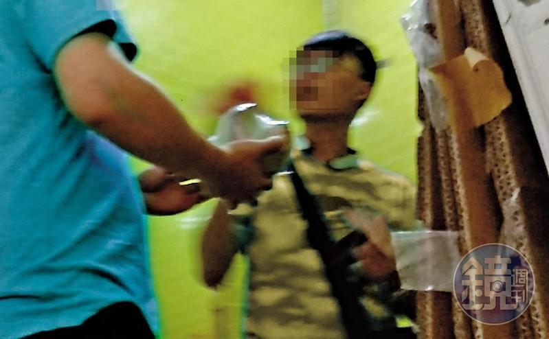 商品彈跳出貨後,台主會於廁所暗處與夾客進行現金交易。