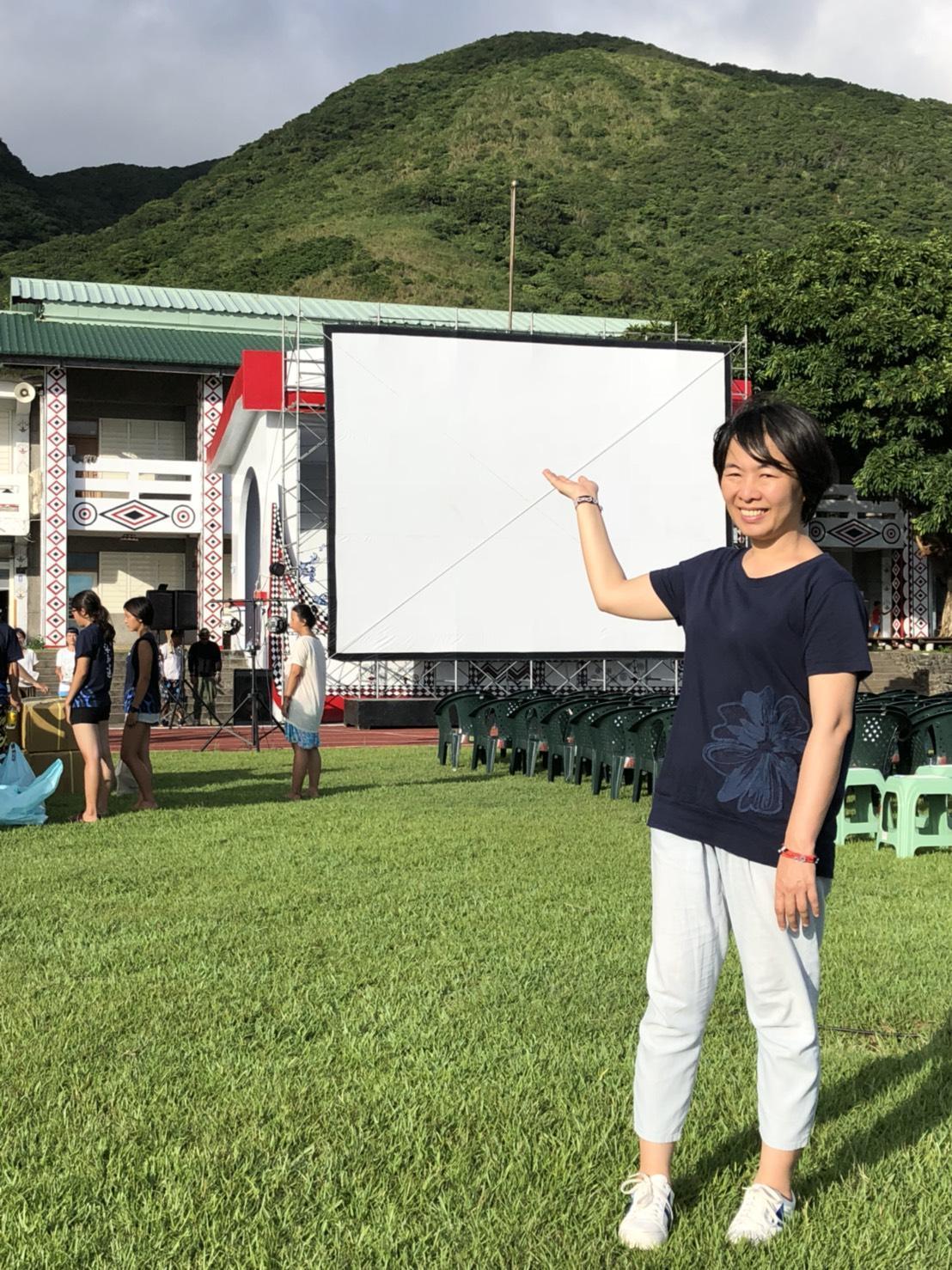 國片《只有大海知道》今(8)日晚在蘭嶼舉辦世界首映,現場架設了2層樓高的巨幅銀幕。(海鵬提供)