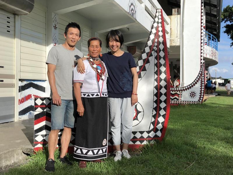 導演崔永徽(右)、鳳英阿嬤(中)、男主角黃尚禾(左)出席蘭嶼首映會。(海鵬提供)