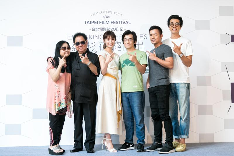 沛小嵐(左起)、馬如龍、田中千繪、導演魏德聖、演員范逸臣、馬念先,在「顯影。破格而出:台北電影節20印記」展覽再次聚首,回顧《海角七號》放映10週年。(台北電影節提供)