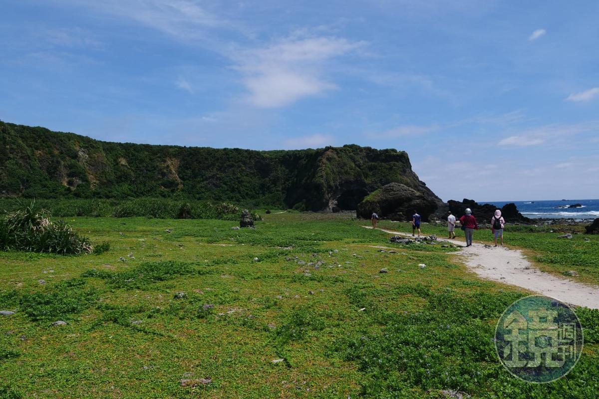 沿著白沙往前,即可到達彎弓洞。