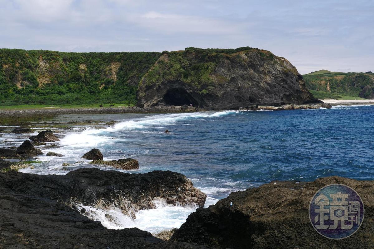 位在海岸邊,為一海蝕門。