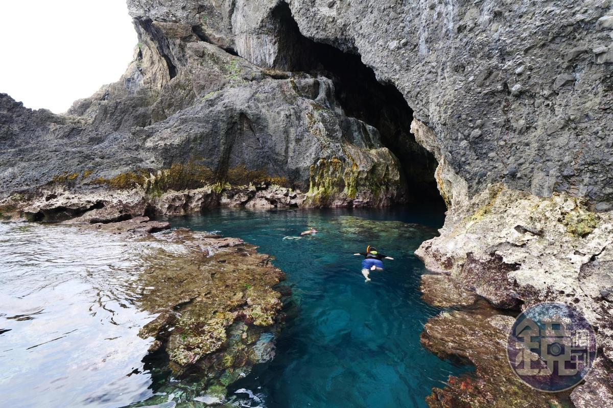 藍洞為一個月字形狀的海蝕洞。