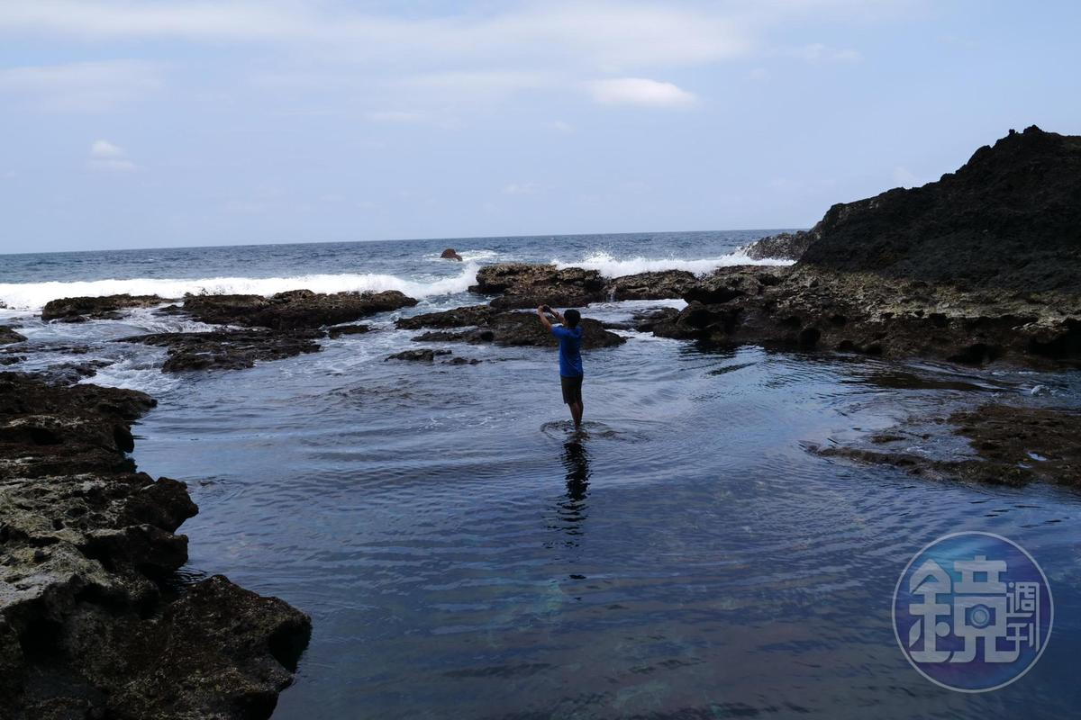 站在藍洞前,融入海天一色。