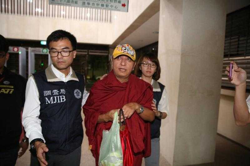 赤慶法王今晚11點多被移送到台北地檢署,向記者否認不法。