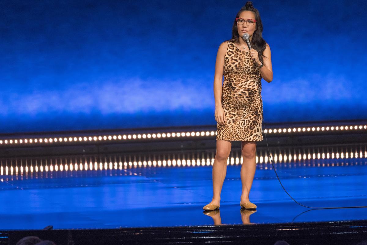 《黃艾莉:鋼鐵老婆》則是她懷第2胎時的作品,這回大談懷孕、生產、如何學習當媽、還有「社會對於女人生了小孩就有母性」的瘋狂期待。(Netflix提供)