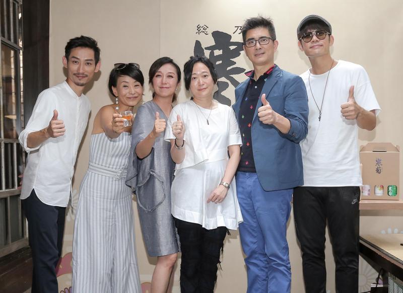 黃韻玲(左三)與陳竹昇(左)、陳志強(右起)、邵昕出席清酒啤酒活動,一群好友互爆喝酒趣事。(森品釀坊提供)