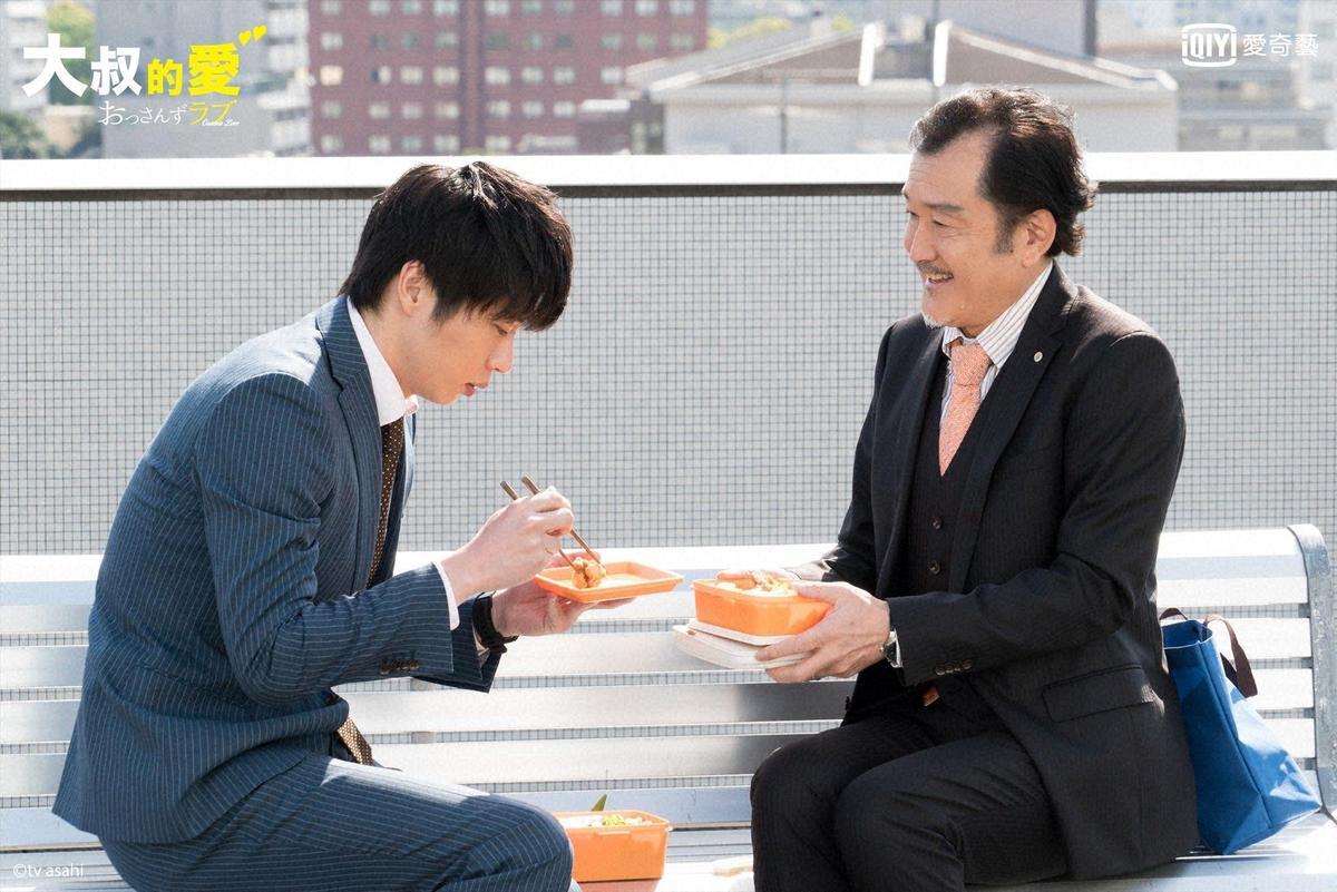 看著喜歡的春田田吃著自己親手做的便當,大叔部長滿臉愛意。(愛奇藝台灣站提供)