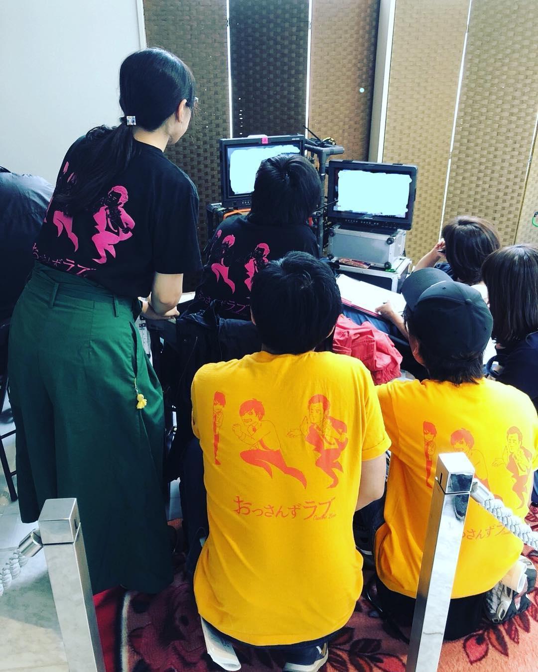田中圭自掏腰包製作《大叔的愛》T恤送給劇組演員與工作人員。(翻攝自大叔的愛ig)