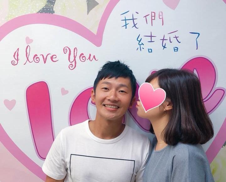 蔡昌憲在臉書PO出和女友在戶政事務所的登記照片,宣布自己成為人夫。(翻攝自蔡昌憲臉書)