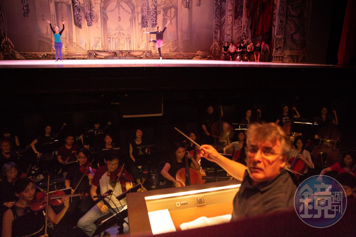 烏克蘭大劇院首席指揮密克拉迪亞杜拉帶領NSO國家交響樂團一起彩排。