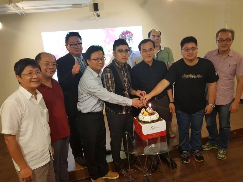劍青檢改成立週年,基層檢察官一起切蛋糕祝賀。