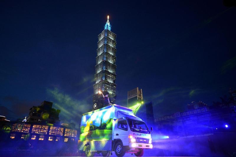 「紙風車台灣鄉村卡車藝術工程」開進台北信義國小,帶來精彩行動開台秀。(紙風車基金會提供)