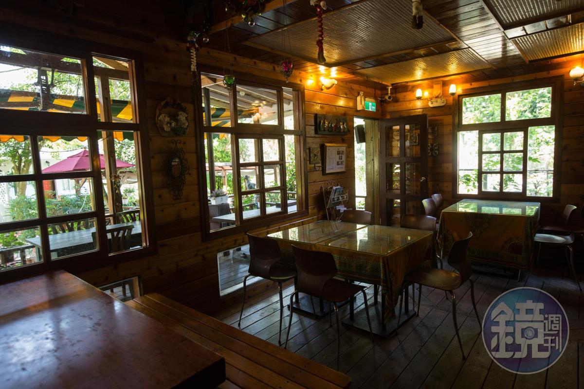 小木屋咖啡廳採光通風好,滿園子綠意盡收眼底,夫妻倆都是木雕迷,親自選購原木家具。