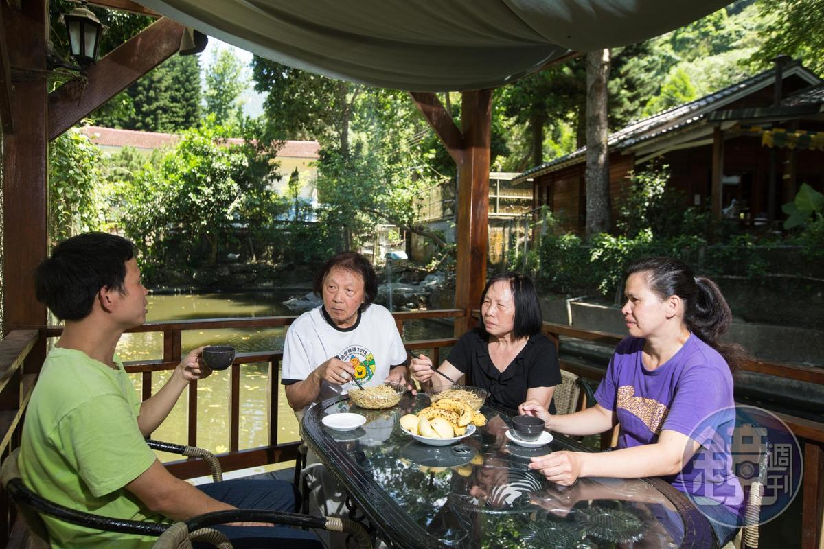 夫妻倆待人親切隨和,每天中午和員工一起吃午餐。