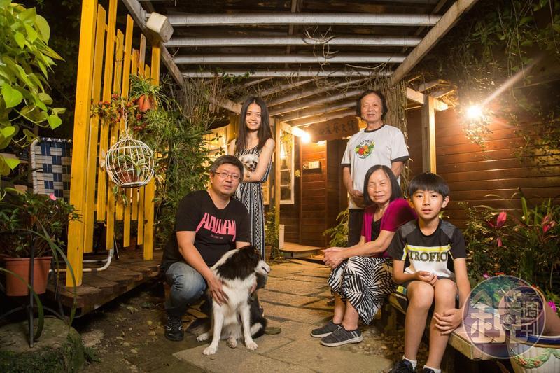 栗田庄不僅是民宿,也是陳智夫祖孫三代與二隻狗狗的安樂窩。