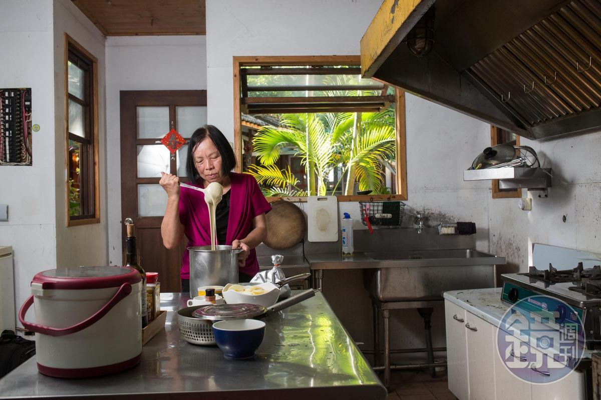 鍾秀貞每天早起調製鬆餅麵糊、切洗水果,替房客準備豐盛早餐。