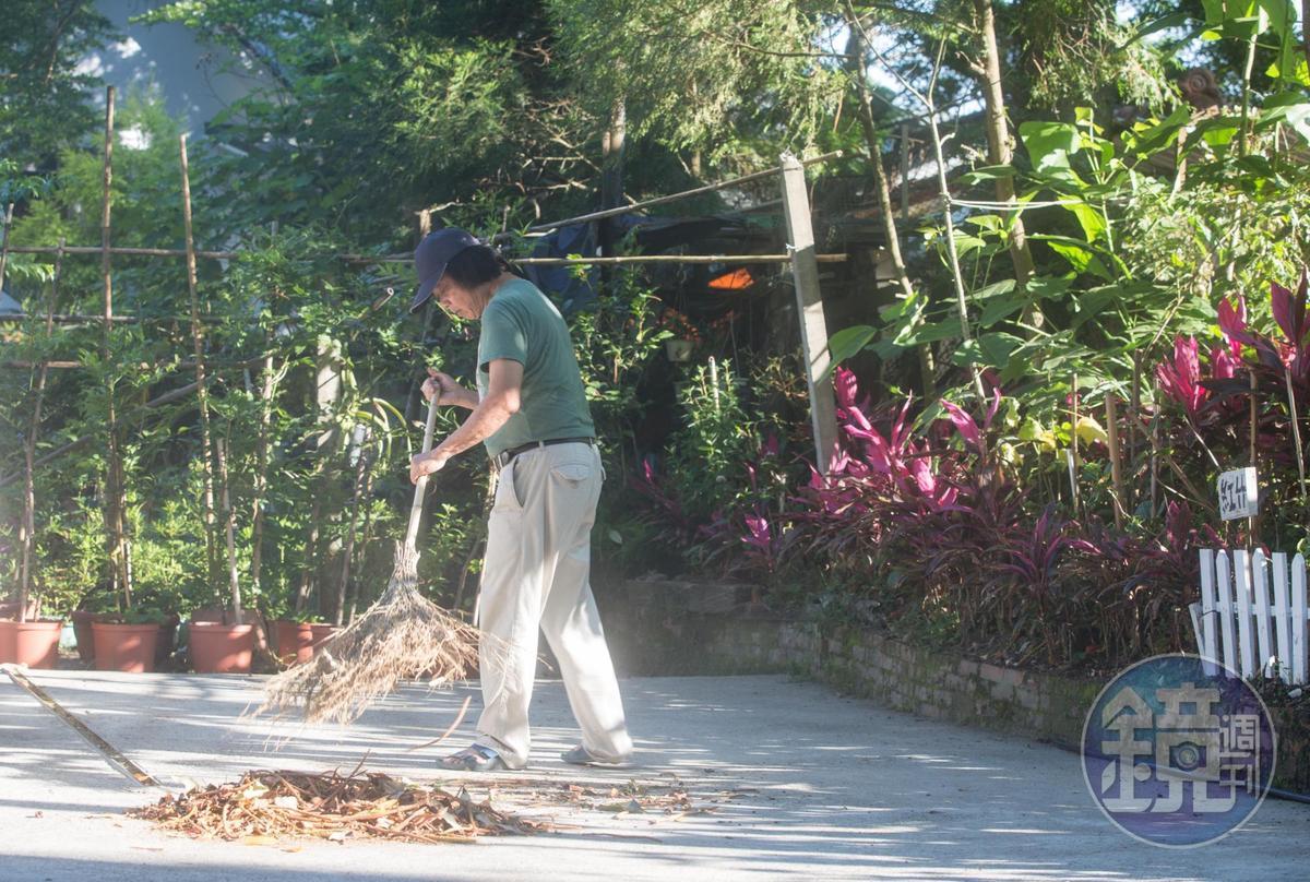 大清早,陳智夫已化身園丁,打掃栗田庄滿園子落葉。