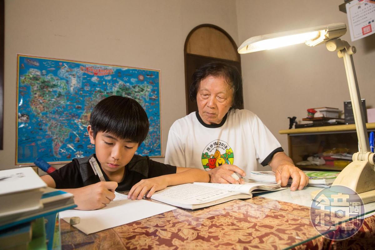 小孫子在苗栗念書,爺爺陳智夫(右)也是家教兼保母。