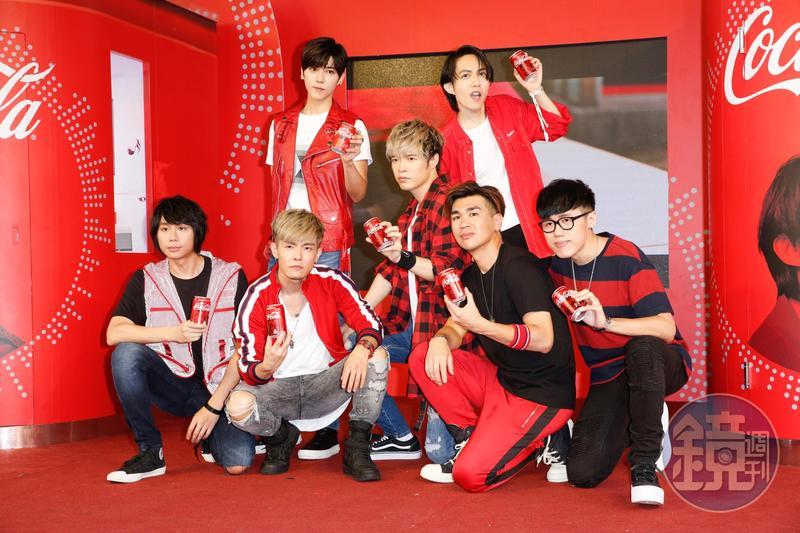 畢書盡(後排左起)、林宥嘉、八三夭(前排)一起替「可口可樂」演唱中文主題曲,成為互動歌手瓶代言人。