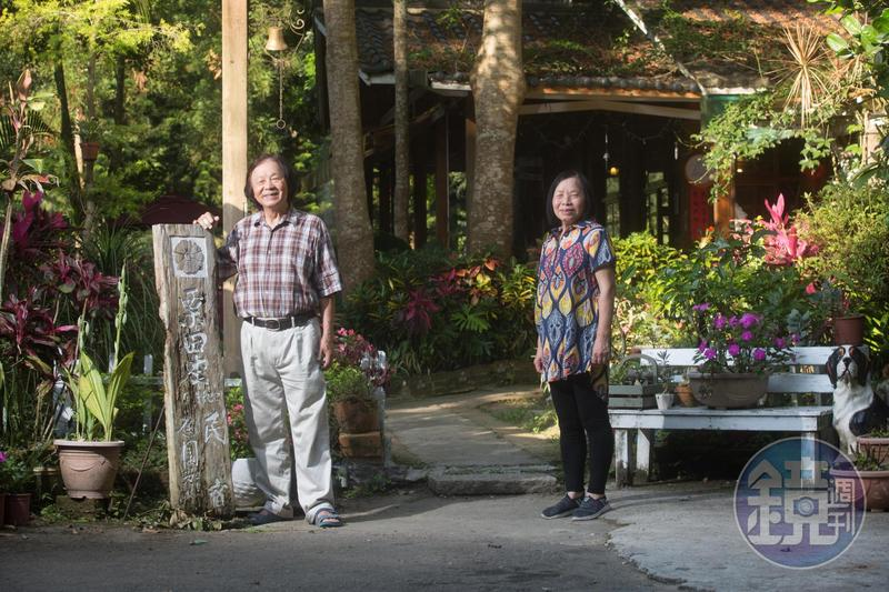 退休國小老師陳智夫(左)與校護妻子鍾綉貞(右)在苗栗南庄經營民宿,豐富生態吸引不少同好前來度假。