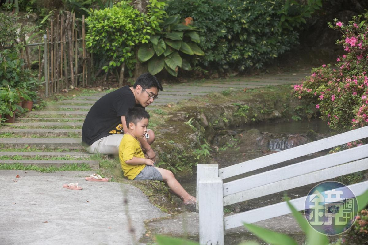 炎炎夏日,遊客捲起褲腳就在小溪玩水,山泉水清涼消暑。