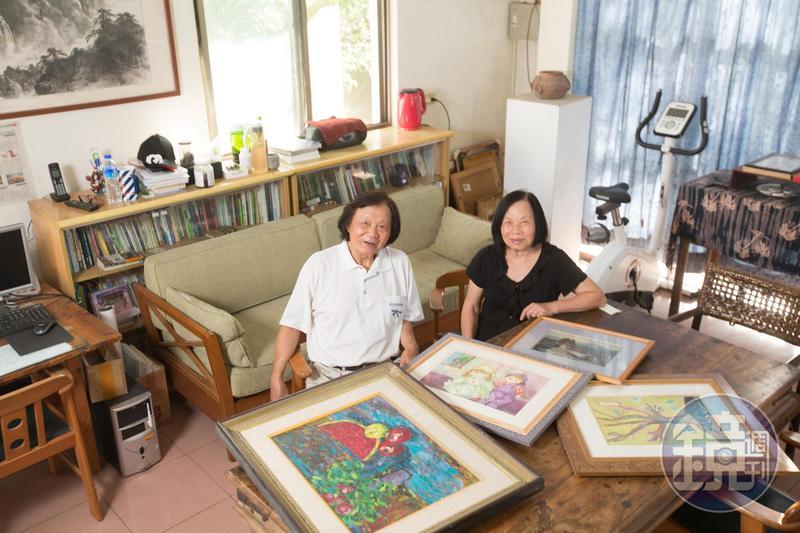 退休國小老師陳智夫(左)與校護妻子鍾綉貞(右)愛賞畫,民宿展示不少蒐藏品。
