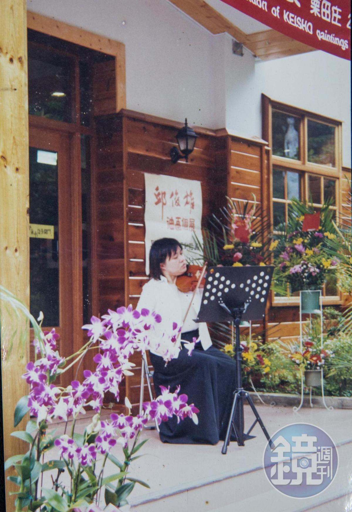 女兒陳琦香從小學音樂,也會在民宿舉辦音樂會。(陳智夫提供)