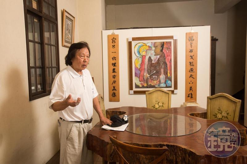 開民宿意外結交不少好友,陳智夫身旁的原木飯桌,就是大陸民宿同業相贈。
