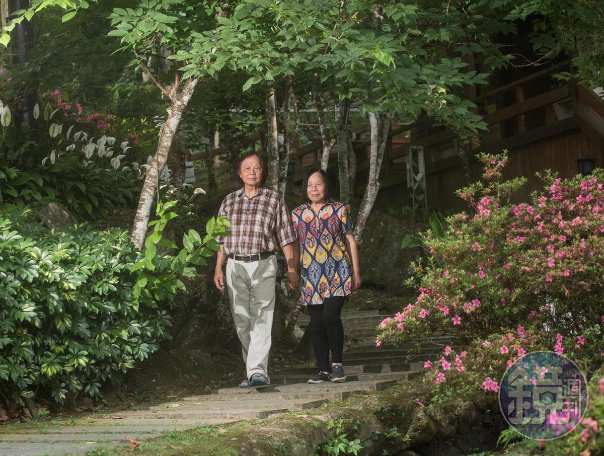 石板堆疊的蜿蜒小徑,是夫妻倆飯後最愛散步遊逛的祕密角落。