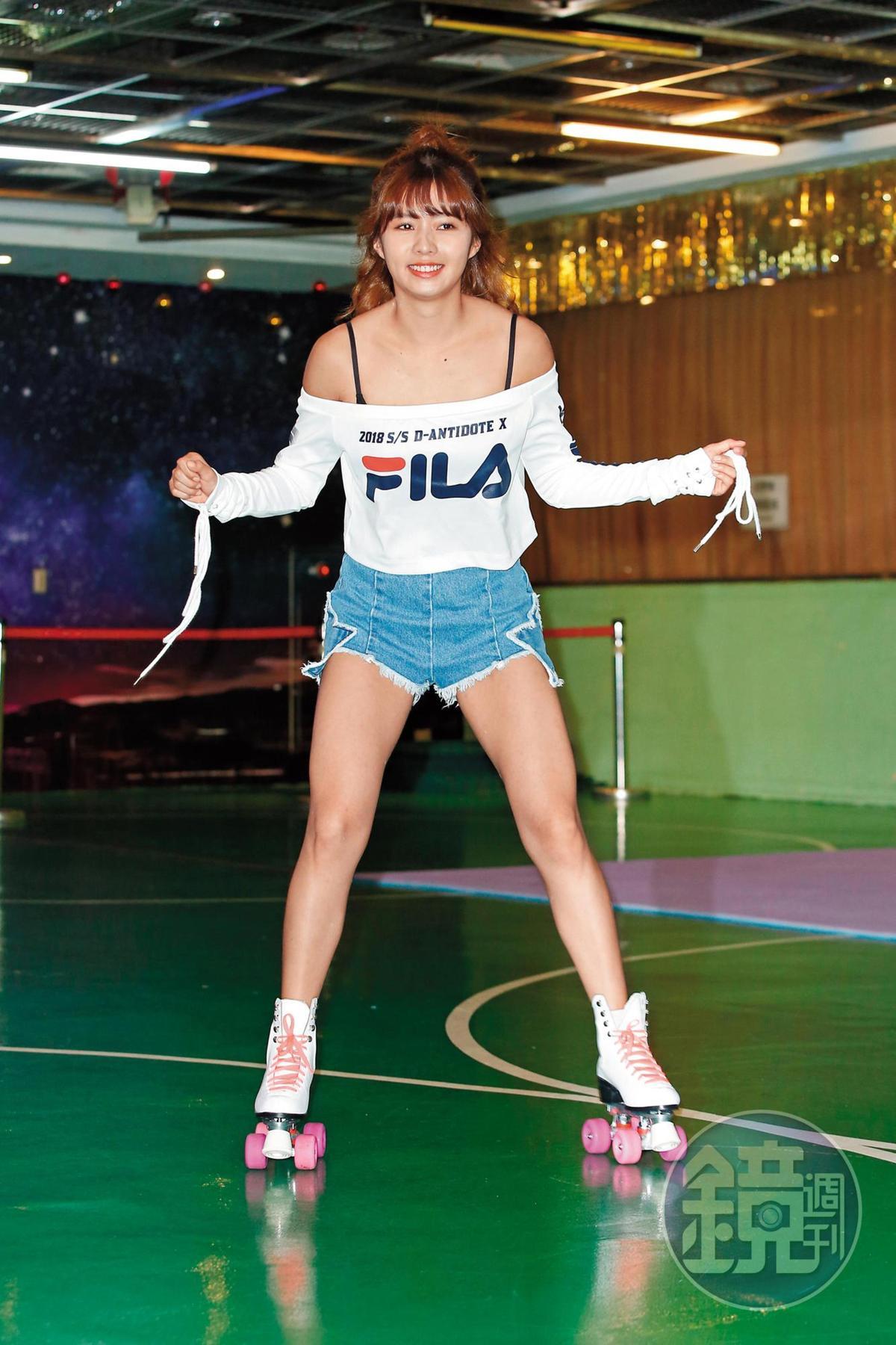 簡廷芮宣傳自己的《大衛女孩》新輯,溜冰造勢時,腳也愈溜愈開,感覺似在遙遙呼應王大陸的緋聞。