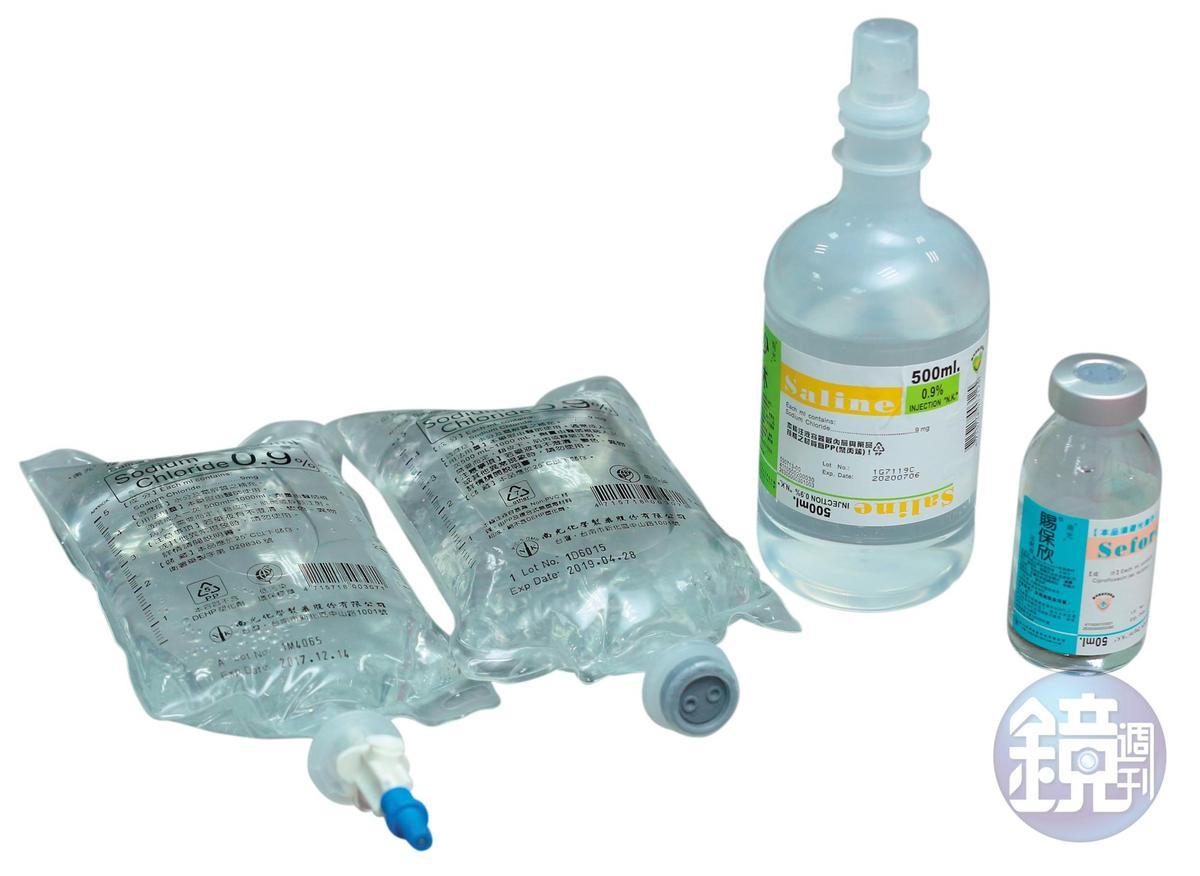 早期點滴為玻璃瓶裝,至今南光仍有少量藥劑須裝入玻璃瓶(右1),之後漸漸演變成塑膠瓶(右2)、軟袋(左)。