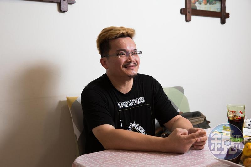 說起過世的父親,王元照又哭又笑。