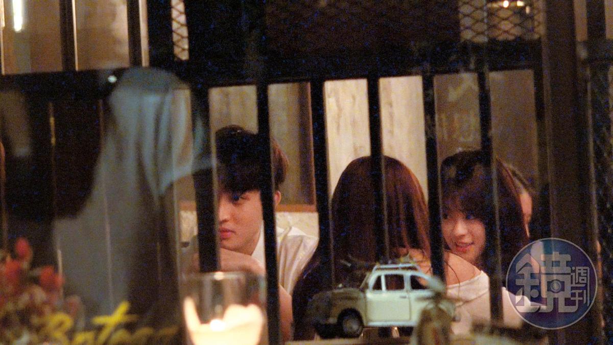 20:53勵政達(左)帶著邱偲琹(右)到華山園區中的餐廳吃飯,共度晚餐時光。