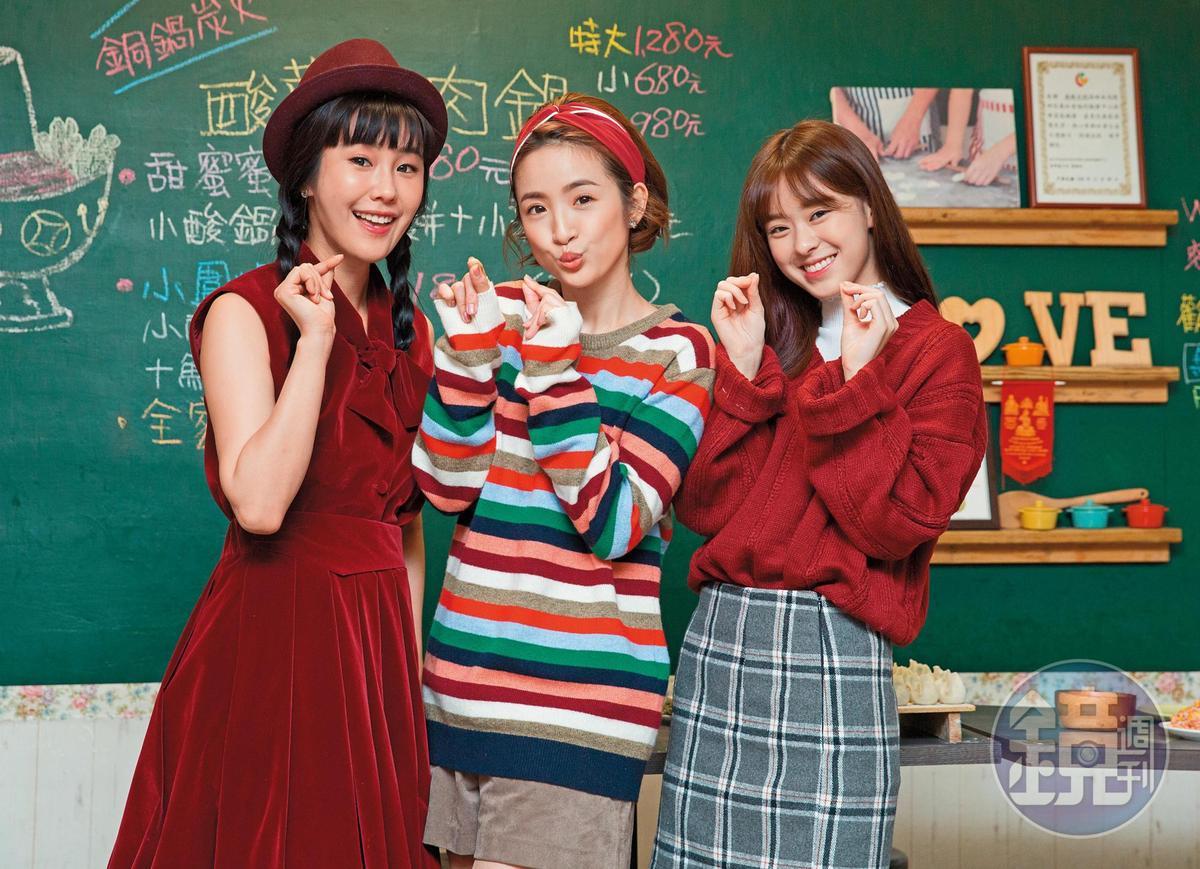 邱偲琹(右)2014年和經紀公司簽約,成為林依晨(中)小師妹。左為黃心娣。