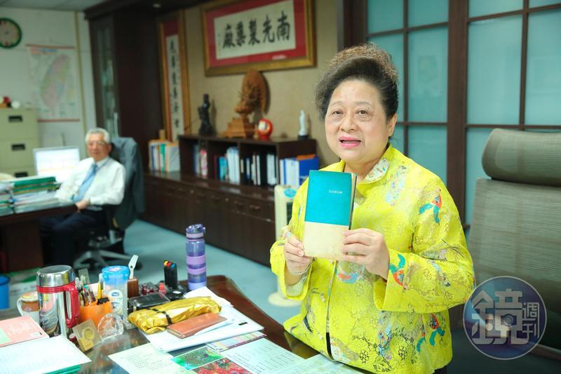 拿著公公留下來的手寫藥冊,王玉杯說裡頭記滿當時用藥配方,公公交給她之後也隨即退休。