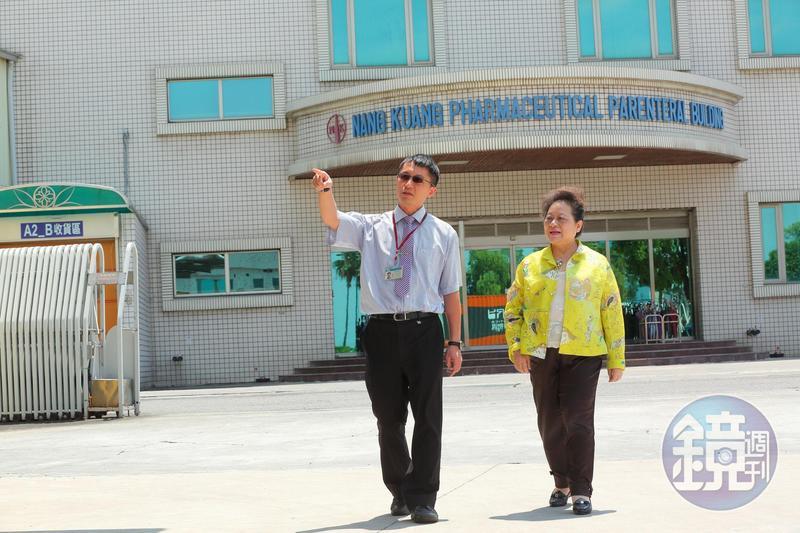 與兒子並肩走在南光工廠內,王玉杯的四個兒子皆進公司幫忙。